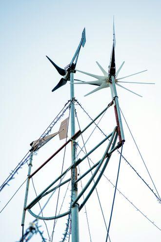 Kraftig vind: Egentlig var det tre vindmøller som produserte strøm i Skaugdalen. Nå er det to igjen ettersom en av dem ble tatt av vinden.