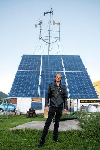 Ruver: Tore Neverås foran det største solcepanelet utenfor huset. Det har en solcelletracker som følger etter sola.