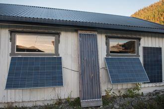 Solfanger: Midt på garasjeveggen mellom solcellepanelene er det montert en solfanger som varmer opp luft som går til oppvarming av garasjen.