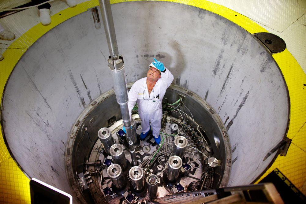 Ny organisasjon: Atomreaktoren Jeep II på Kjeller ble tatt i bruk midt på 60-tallet. Dette bildet ble tatt i 2013 i forbindelse med et forskningsprosjekt på betongstrukturer i kjernekraftverk. Her kontrollerer Trond Westby  at alt går riktig for seg når det 18 tonn tunge topplokket er tatt av.