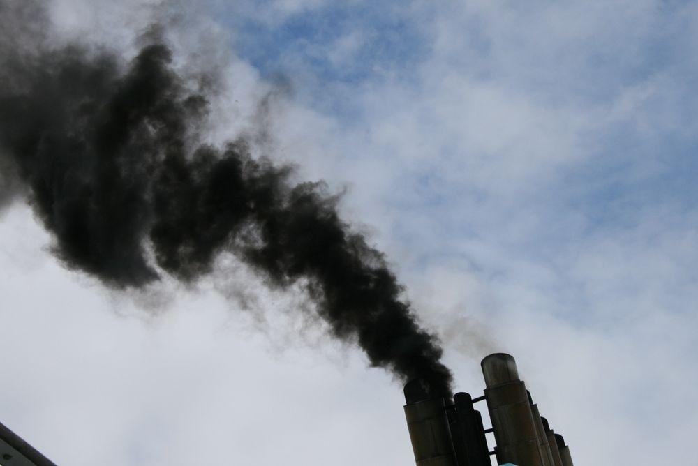 Eksos: Svart og fæl eksos fra skipsmotoren ved oppstart. Den inneholder svovel, sot og partikler i tillegg til nitrogenoksider (NOx) og CO2.