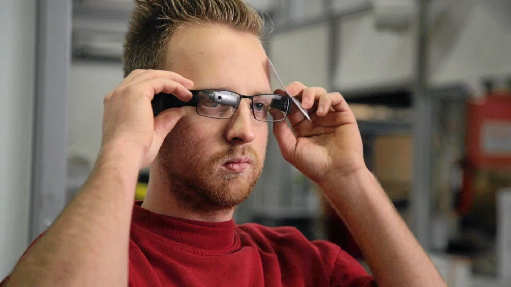 AUGMENTEDREALITY: Dissebrillene prøverDHL allerede ut,og gir lagermedarbeiderentilgang til bådeplukkliste ogvareplasseringrett i synsfeltet.