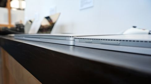 Det er ikke mye som skiller den nye og den eksisterende Surface Book. Noen ytterst få millimeter i tykkelse har den nye modellen lagt på seg, i tillegg til cirka 180 gram.