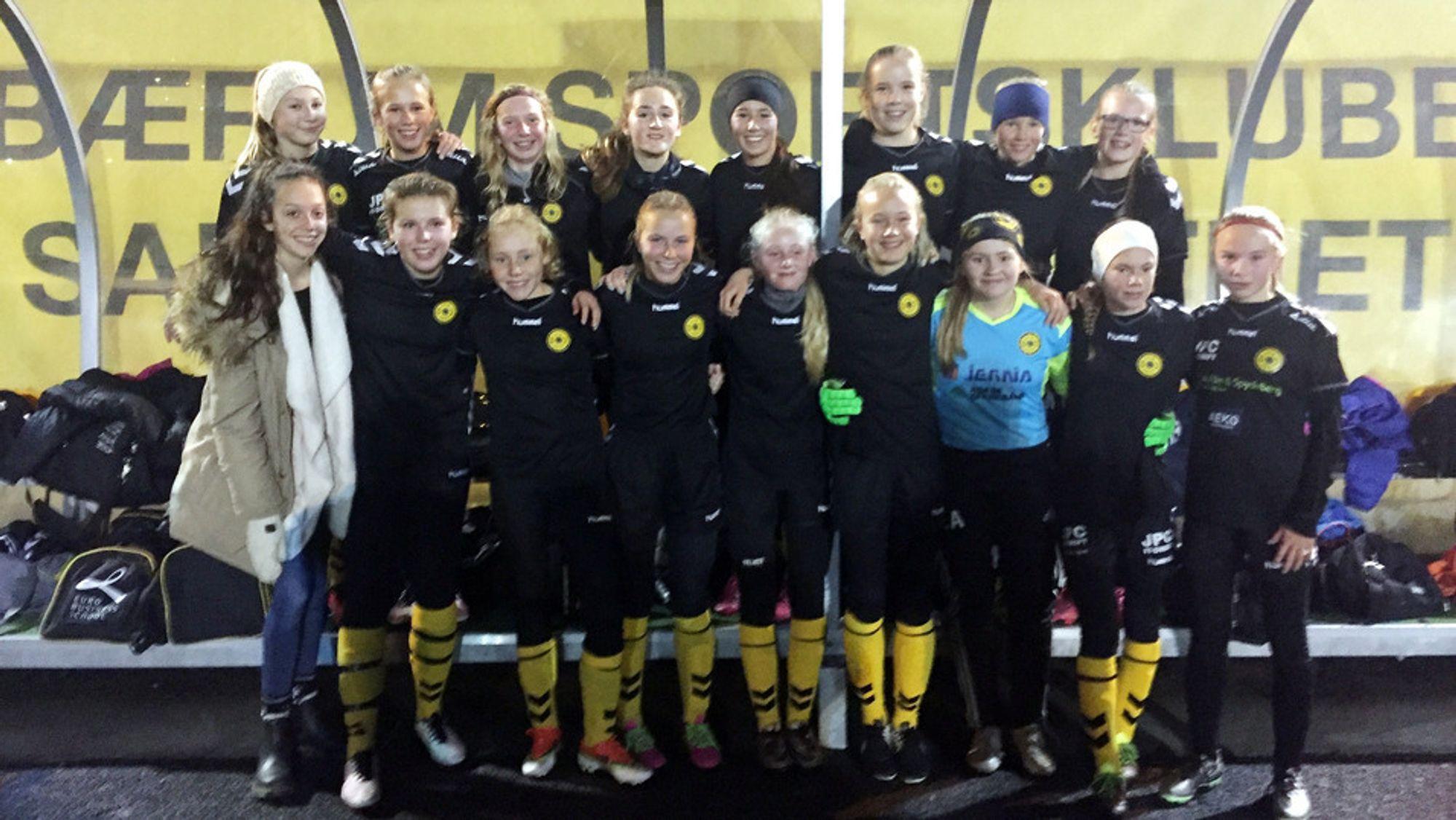 FRA SEMIEN: Her har Oppegård-jentene akkurat slått Bærum 1-3 på bortebane! Ikke rart smilene er store!