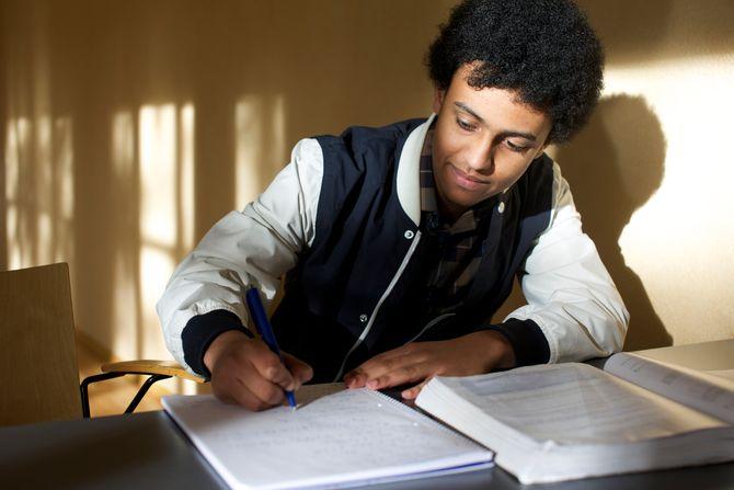 Den unge studenten setter alltid av ekstra tid til skolearbeid i helgene og mener selv at det høye nivået på studiet bare ham mer skjerpet.