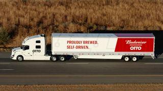 Denne lastebilen leverer 50.000 ølbokser - mens sjåføren gjør helt andre ting