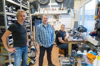"""Trangt om plassen: Dette er """"garasjen"""" hvor det nye norske giret utvikles. Det er trangt, men det har ikke ingeniørene Knut Tore Ljøsne, Espen Wettre og Sverre Steen noe mot."""
