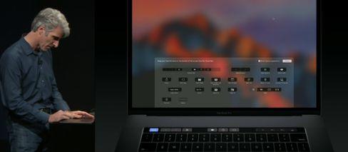 Craig Federighi viser frem hvordan Touch Bar kan tilpasses bruken fra scenen i Cupertino.