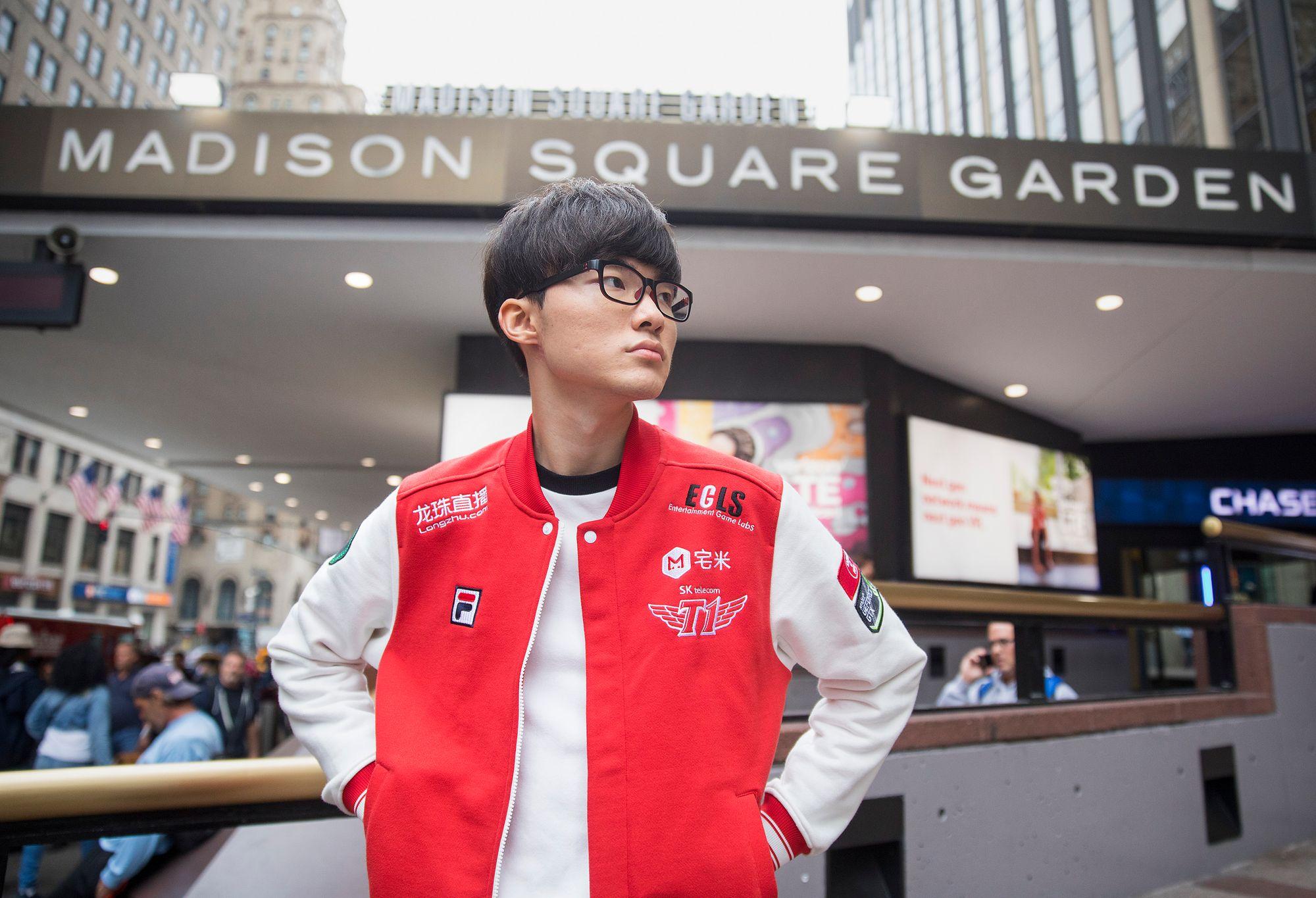 Lee «Faker» Sang-hyeokposerer foran Madison Square Garden i New York, hvor semifinalene ble spilt.