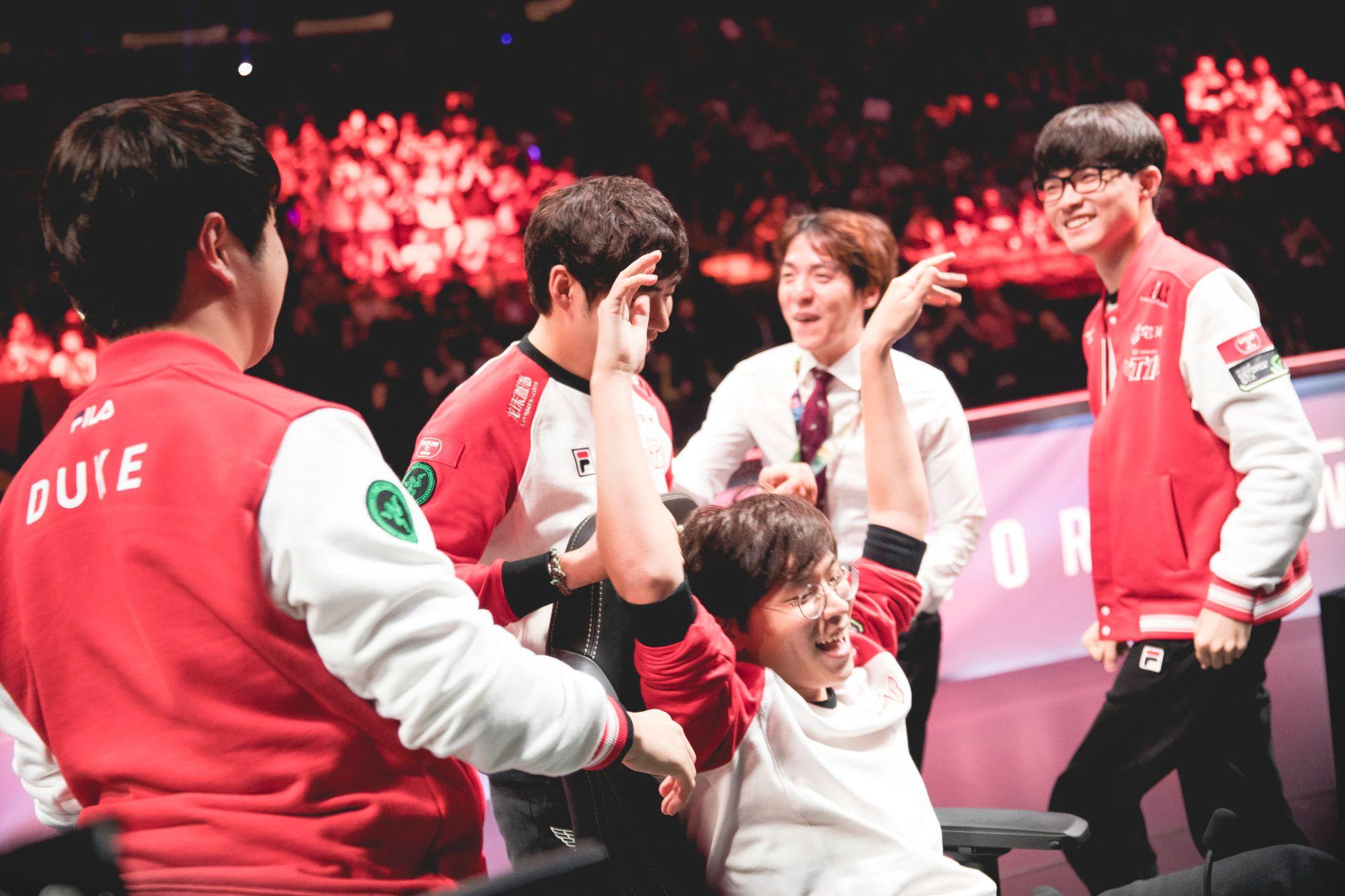 Laget flokker seg rundt Bae «Bengi» Seong-ungetter den dramatiske seieren mot ROX Tigers i semifinalen.
