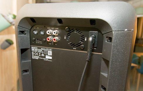 Tilkoblingspanelet på baksiden lar deg koble til flere kilder, og dette er dessuten den eneste av høyttalerne i testen som lar seg seriekoble.