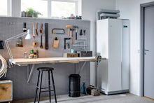 Ser ut som et kjøleskap: En moderne væske til vann varmepumpe tar ikke stort mer plass en et kjøleskap.