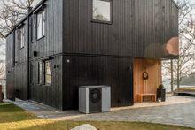 Varme fra luften: Ny teknologi har gjort luft til vann varmepumper til et svært godt alternativ for nyere boliger. De krever bare assistanse fra panelovner når det er veldig kaldt ute.