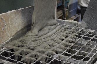 Studentene har testet den nye betongblandingen inne på laboratoriet på skolen.