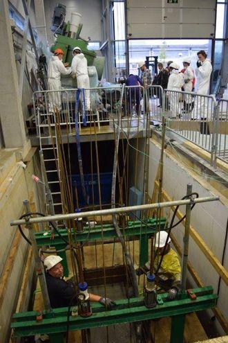 Inne på laboratoriet på skolen har studentene støpt et 20 tonn tungt betongelement.