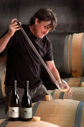 Vinmakeren Marc Isart sjekker albillo fra fatet.