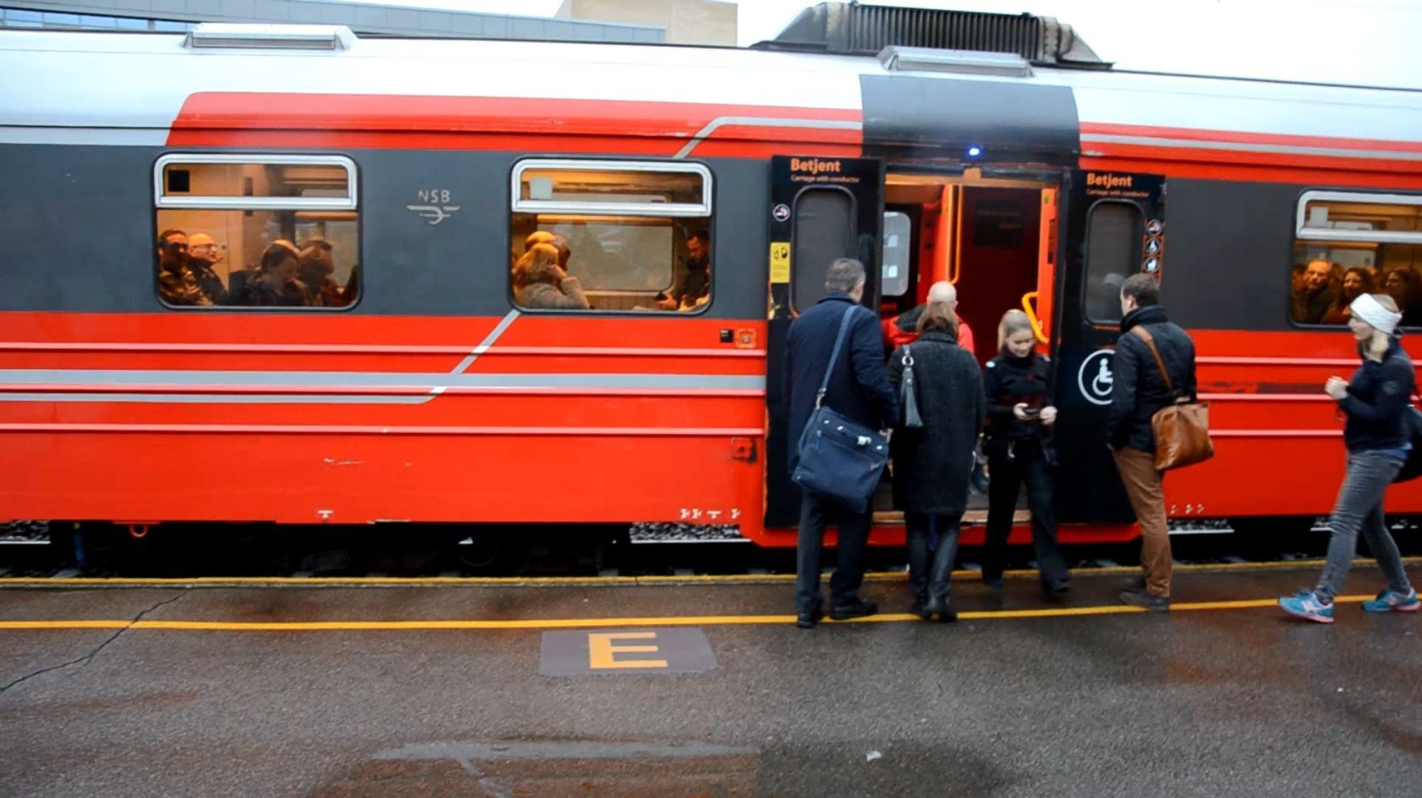 HER GÅR DE OMBORD: Pendlerne på Kolbotn stasjon kunne atter en gang gå ombord i lokaltoget til Oslo.