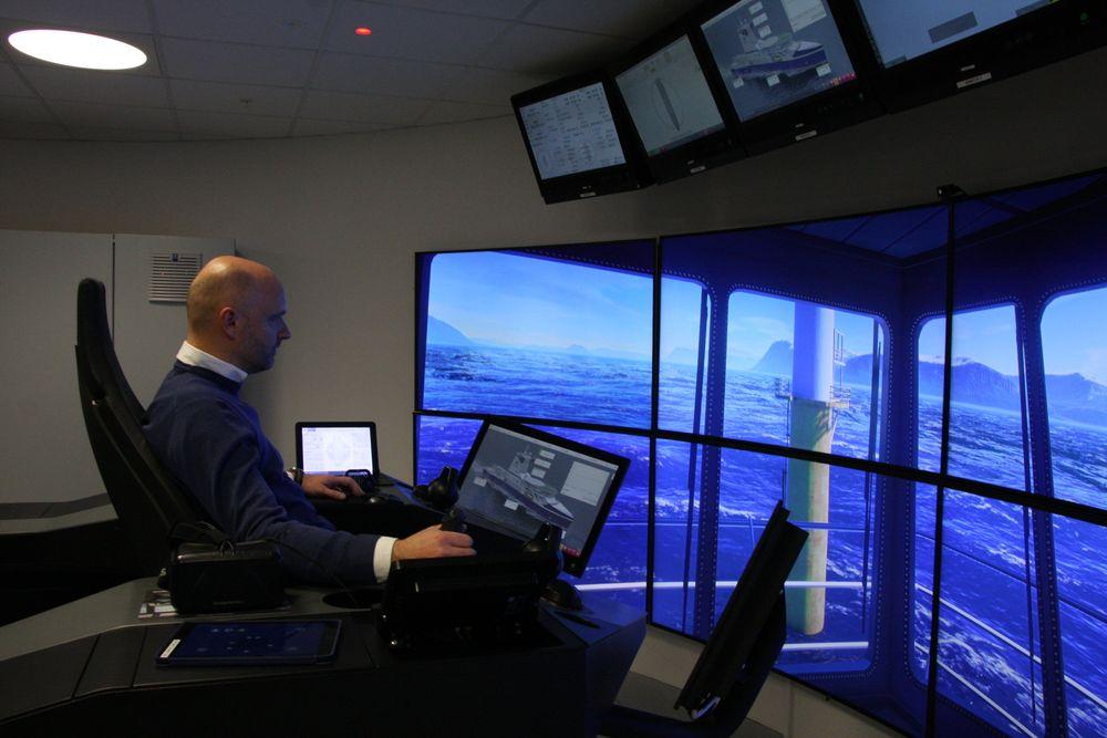 Senioringeniør Bjørnar Vik i automasjonslaboratoriet til Rolls-Royce i Ålesund. Det er her Rolls-Royce legger hovedvekten på sin forskning og utvikling av framtidas mannskapsfrie skip.