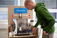 Viktig for studentene: Geomatikkstudent Anders Hoel Nielsen prøver seg på en av de mindre printerne ved printerlaboratoriet.