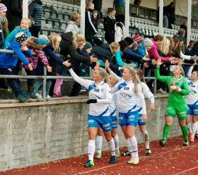 TAKKET FANSEN: Solveig Gulbrandsen og resten av KIL-damene takket de fremmøtte etter kampen.
