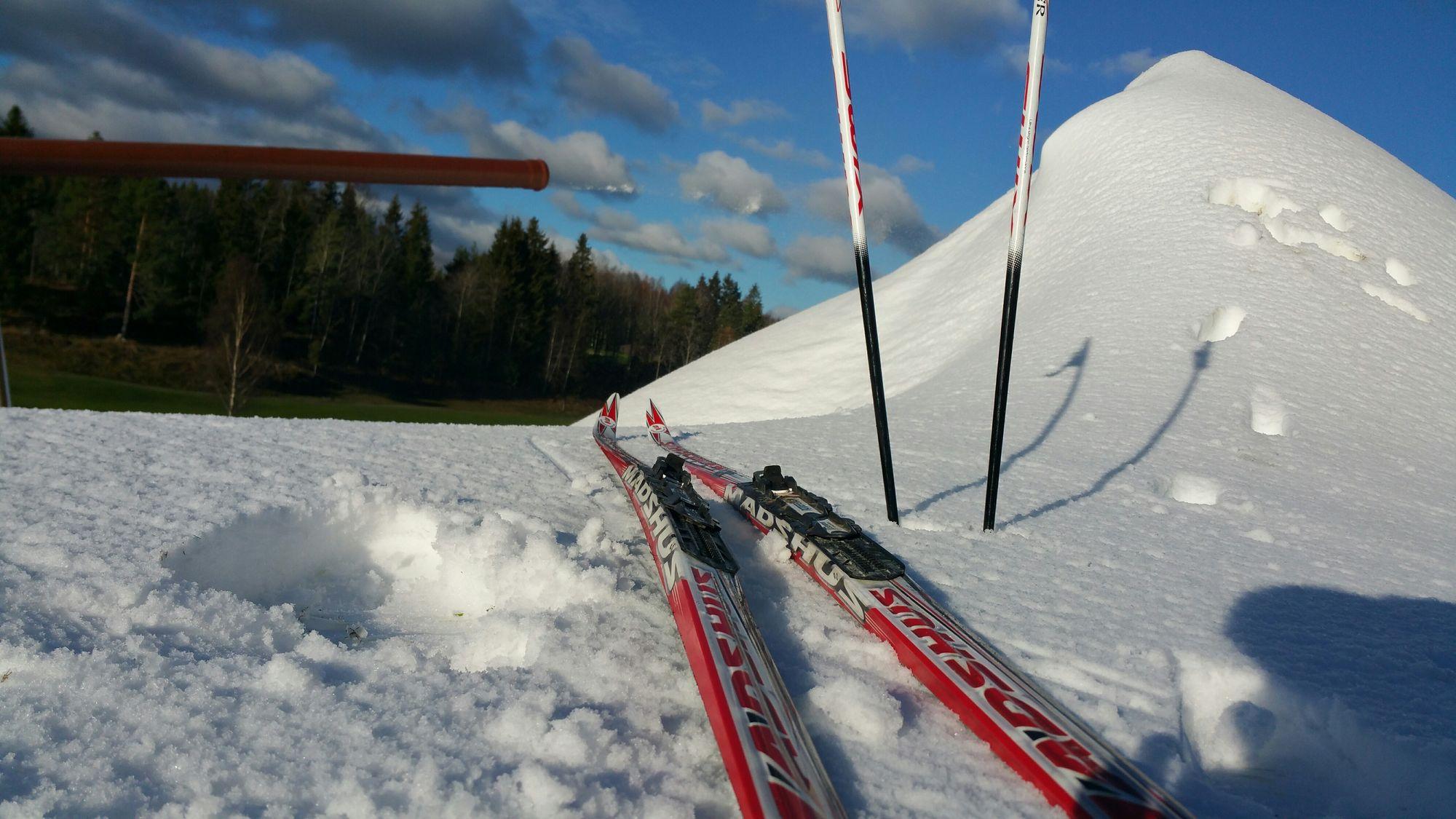 HURRA! Skiforeningen er i gang med produksjonen av kunstsnø på Østre Greverud. Slik så det ut da vi tok turen til golfbanen onsdag ettermiddag ved 12-tiden den 2. november.