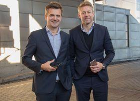Både Rune Garborg, konserndirektør i Vipps og Emil Eike, kommersiell direktør i Flytoget, er svært fornøyde med hvor fort de har fått igang det nye pilotprosjektet.