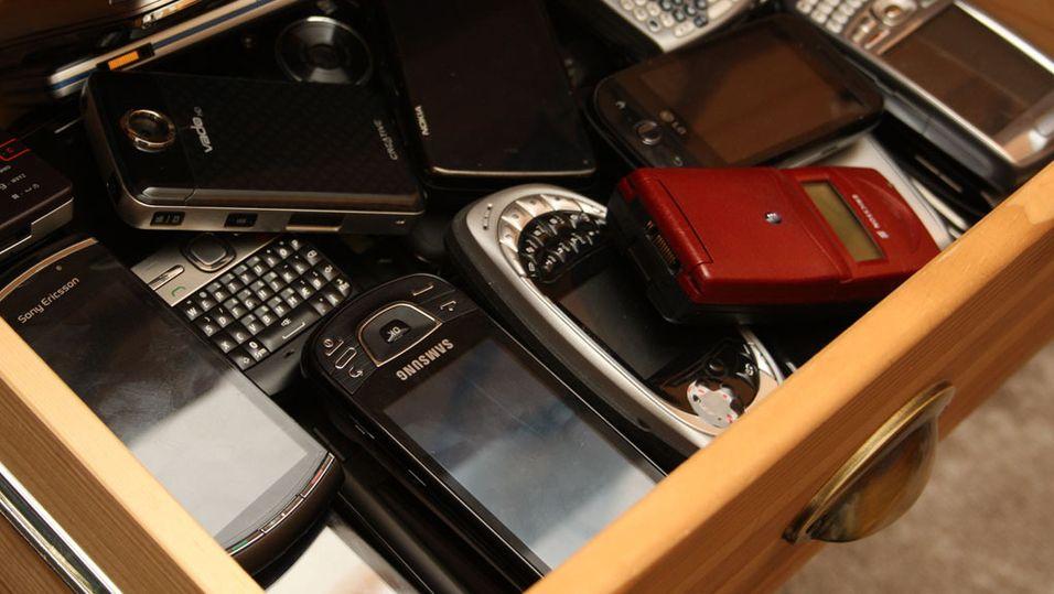 Gamle telefoner hoper seg opp i skuffene, og blir et miljøproblem. Men hvor trygt er det å overlate dem i hendene på fremmede?