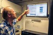 Voldsom ytelse: Den siste sekvenseringsmaskinen ved UiO, som her brukes av professor Kjetill S. Jakobsen, kalles en gigabasemaskin. Det betyr at den kan sekvensere en milliard baser i løpet av et døgn. For å behandle er så stort antall kreves enorm datakraft.