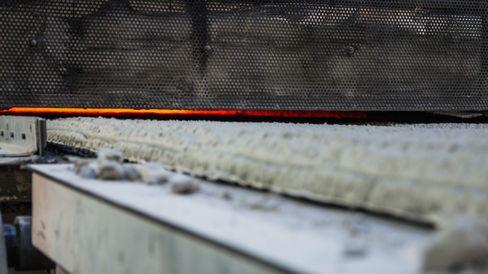 Ut av ovnene kommer ferdig Glasopor, som i møte med romtemperert luft umiddelbart begynner å sprekke opp langs frakturene som oppstår i ovnen.