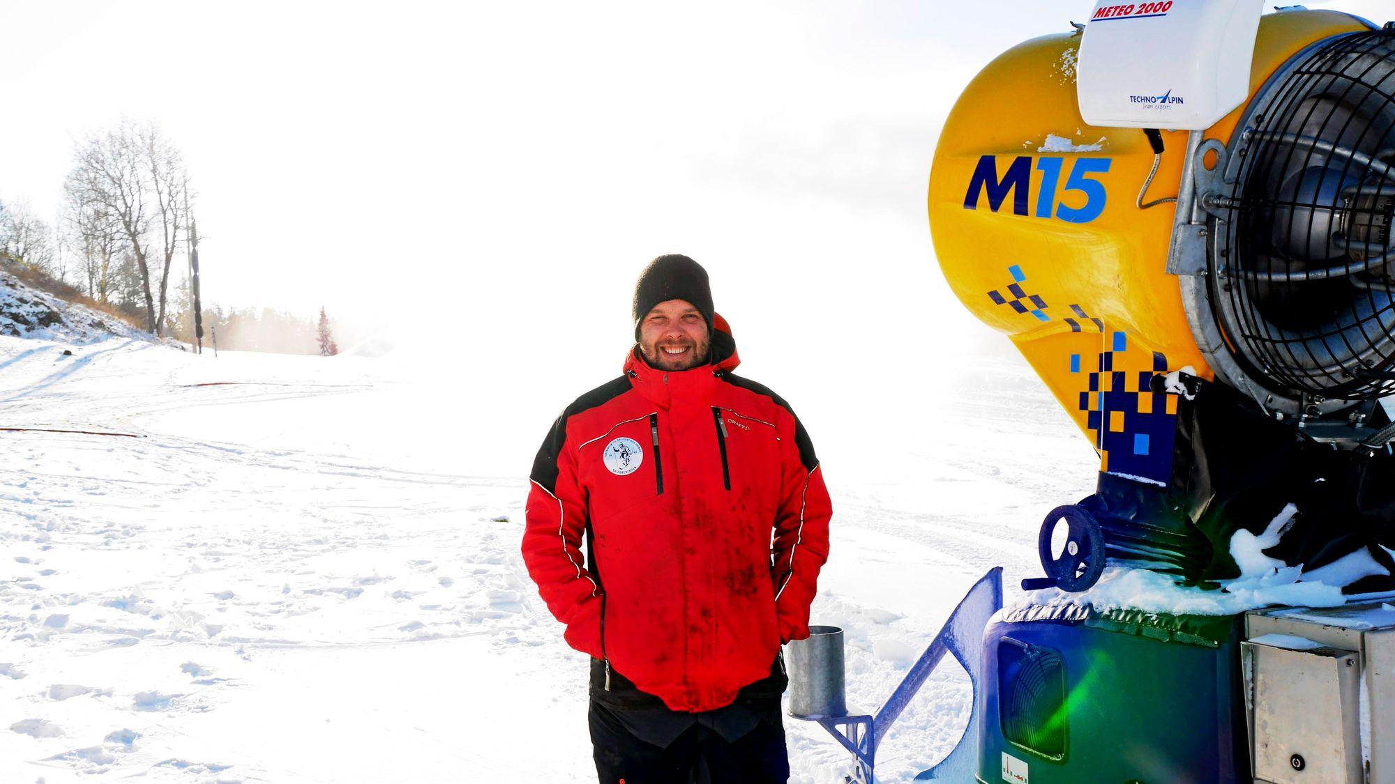 JOBBER KNALLHARDT FOR OSS: Terje Martinsen er løypebas i Skiforeningen. 24 mil med løyper skal passes på, og tonn på tonn med snø skal produseres. Nå går produksjonen på Østre Greverud for alle maskiner!