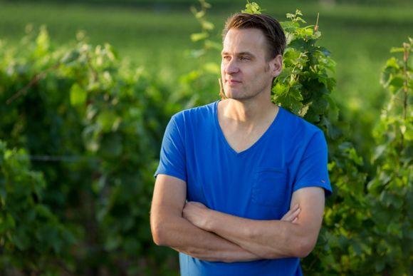 Alexander Gysler i vinmarkene som teller til sammen 12 hektar.