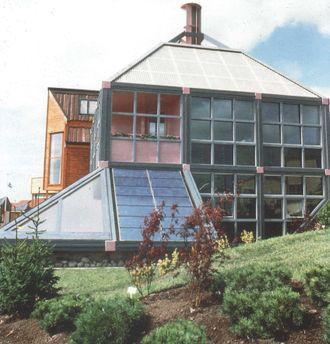 """""""Chanelle"""" – Europas første moderne ny-fornybar-baserte nullenergihus. Solvarme, solstrøm, vind og kakkelovn. 1988. Foto: Arkitekt Harald N. Røstvik."""