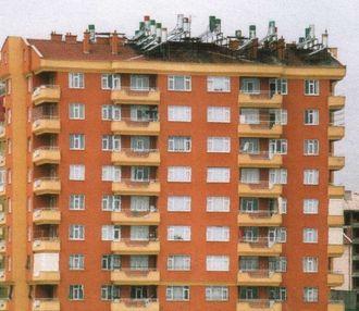 Et salig rot: Solpaneler på takene i syd Europa har lenge ødelagt den vakre skyline. Det er ikke slik vi vil ha det. Arkitekter og byplanmyndigheter må engasjere seg for å hindre dette, skriver artikkelforfatteren. Foto: Harald Røstvik