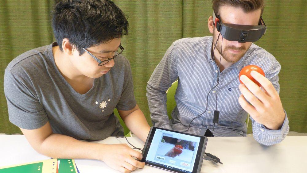 Disse «brillene» koder farger om til lyd, slik at blinde skal kunne visualisere omgivelsene sine. Her tester  Sindre Bjørvik og student  Edwin de Pano Real-Time Colorohone-prototypen.