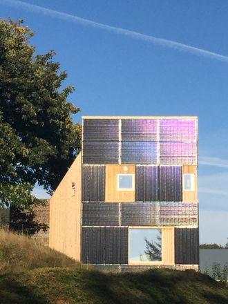 Randaberg: Dette plusshuset bruker solmoduler på alle vegger mot sydøst og sydvest. Det energieffektive bygget produserer mer solstrøm enn det årlige totale energibehovet på 5 000 kWh.
