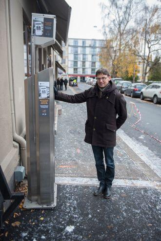 LENER SEG PÅ PARKERINGSAUTOMATEN: Oslo kommune starter prøveprosjekt for smarte parkeringsplasser, som blant anent skal gjøre automatisert parkeringsbetaling mulig. Enn så lenge må likevel Oslo-borgerne betale på vanlig vis.