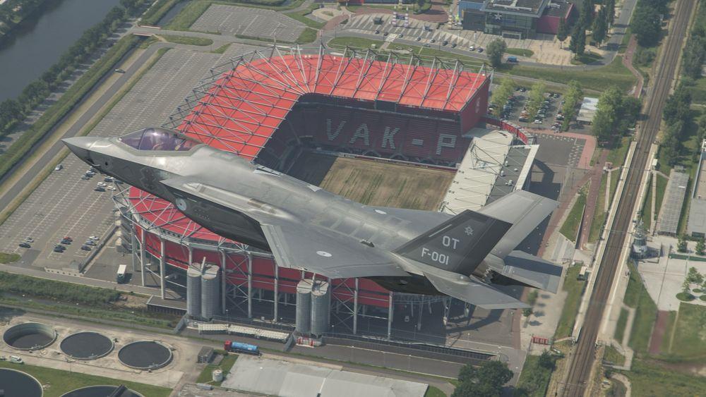 Industrien i Nederland vant en mange av de første F-35-vedlikeholdskontraktene. Her er en F-35A over De Grolsch Veste, hjemmebanen til FC Twente.
