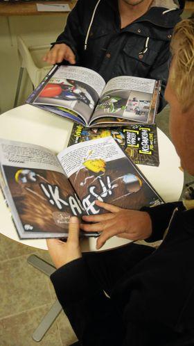 LESER: Det lukter fersk trykksverte i lokalene når gutta åpner boken sin.