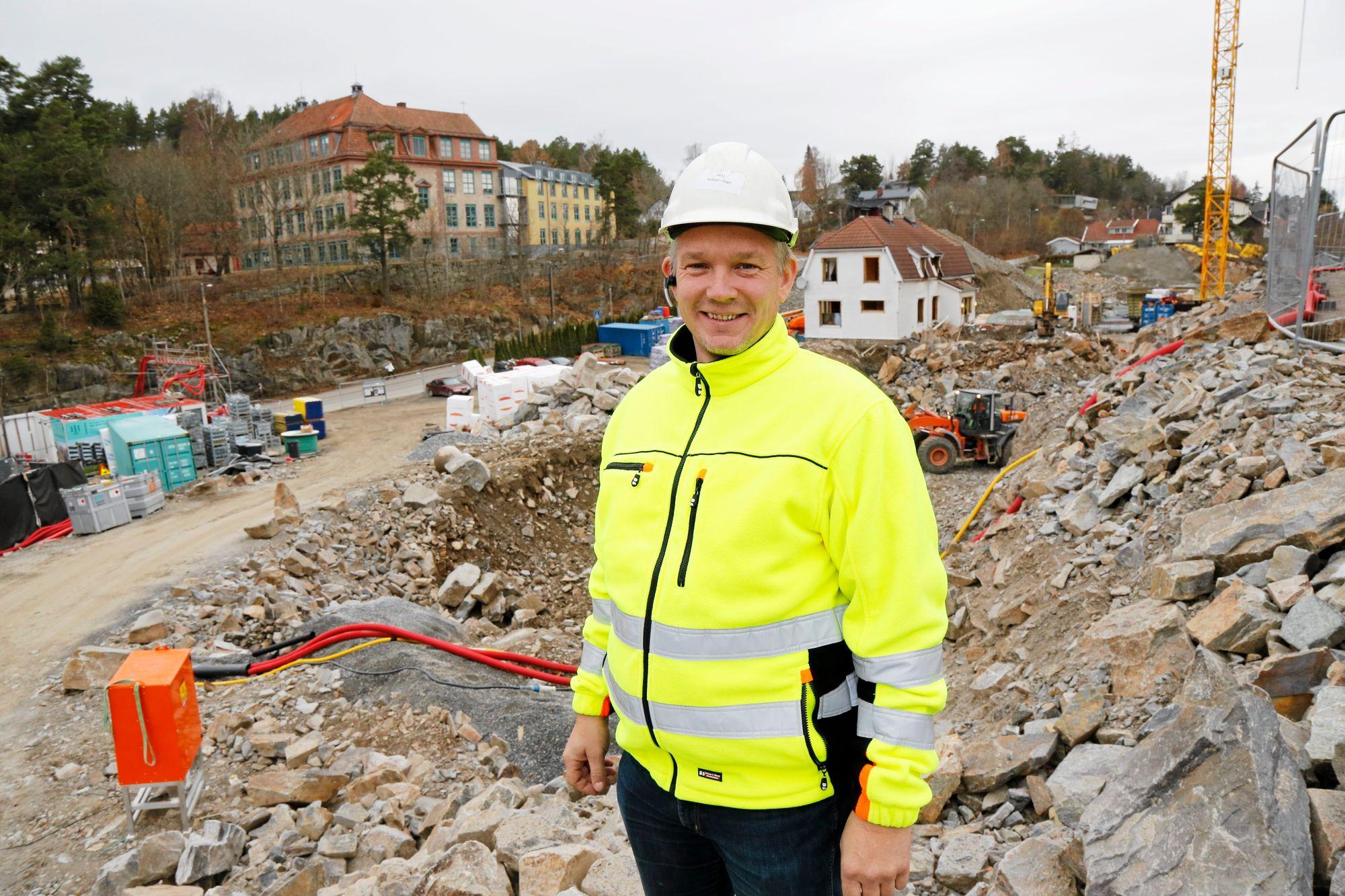 NYTT KRYSS: Rune Romsdal i Morten Gultvedt Entreprenør AS viser prosjekttegningene for Kolbotn Hage og det nye krysset mellom Ormerudveien og Fjellveien (nederst til venstre).Foto: Klaus Eriksen.