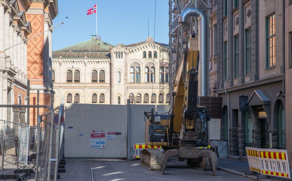 Stortinget melder at kostnaden for å bygge en ny tunnel og postanlegg til Stortinget sprekker.  På et år er nå prisen økt med 350 millioner kroner. Totalt er prosjektet nå beregnet til 1,8 milliarder kroner.