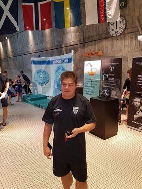 TRENERE: Stephen Marcus hjelper deg til å bli en bedre svømmer.
