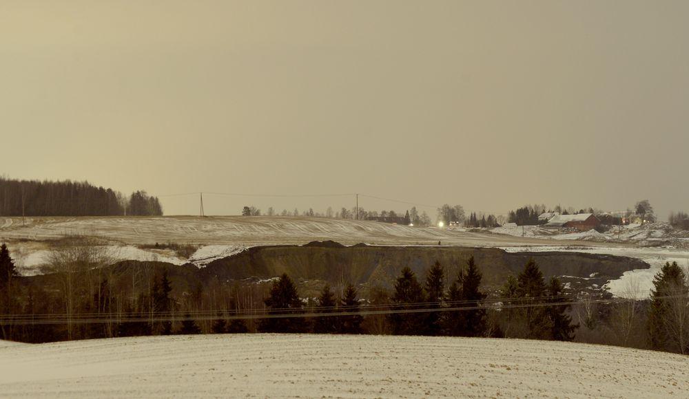 Sørum: Bildet viser rasområdet ved Asakveien i Sørum. Tre litauere er savnet og antas omkommet etter jordraset som gikk torsdag ettermiddag.