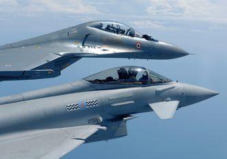 Eurofighter Typhoon var lenge favoritt i den indiske kampflykonkurransen, her sammen med et indisk Sukhoi Su-30MKI (øverst).