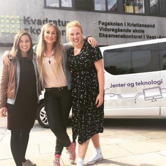 Ellen Therese Rasmussen, Sunniva Rose og Synne Uddmo Ask er blant de unge kvinnelige teknologiutdannede, som har reist rundt i landet med en «Jenter og teknologi»-buss, for å overbivse unge jenter om å velge ingeniørfag.