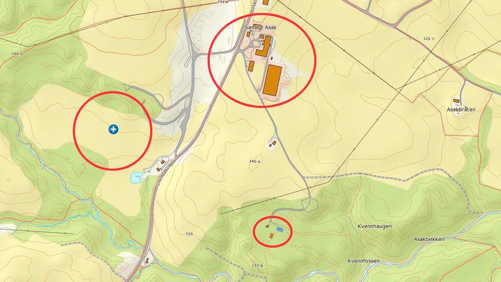 Den røde markeringen til venstre viser hvor skredet gikk, ifølge koordinater fra Sørum kommune. De to markeringene til høyre viser byggesaker i området, blant annet et kurs- og konferansehotell og en klatrepark.