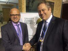 Klimaminister Vidar Helgesen (t.v.) har kunngjort at han bevilger ytterligere 5,6 millioner kroner til Sahara Forest Project, som ledes av Joakim Hauge (t.v.).