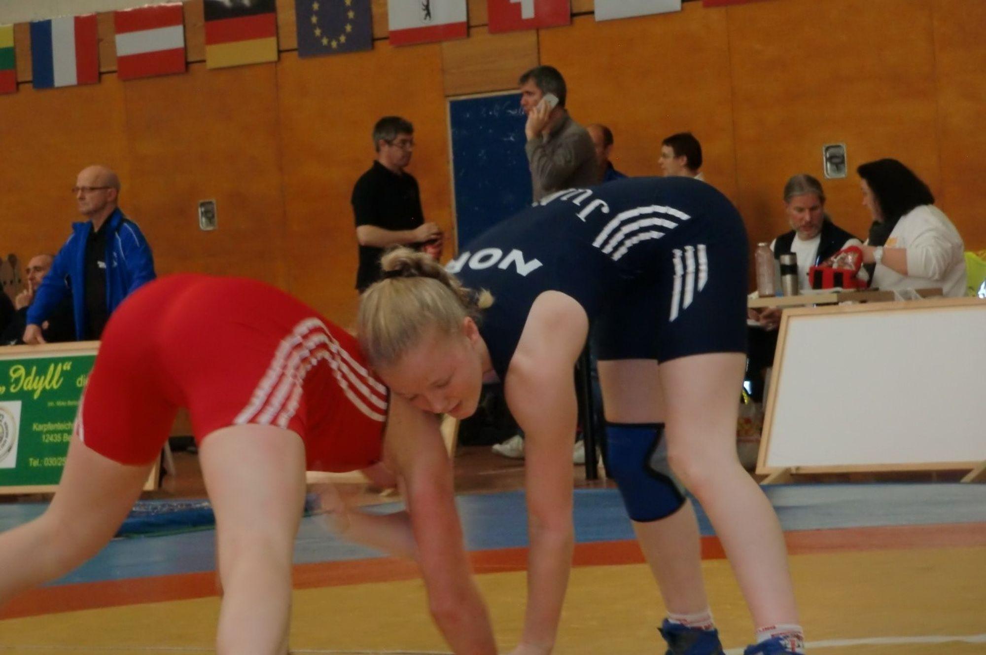 I KAMP: Julie Dalsbotten i kamp mot en tysk motstander i 49 kilos-klassen-.