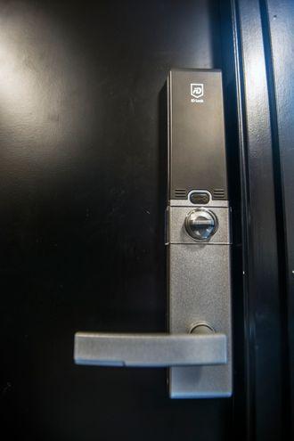 Ytterdøra låses opp ved hjelp av chip og kode.