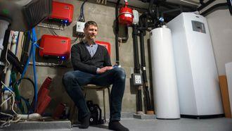 Det tekniske rommet inneholder blant annet varmepumpen og styringssytemet for solcelleanlegget.