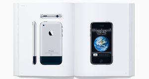 Apple hyller Steve Jobs med diger bok med bilder av egne produkter